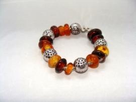 Armband met 14 amberkleurige glaskralen