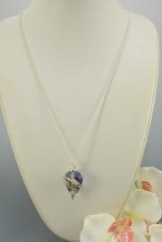 Zilverkleurige ketting met inktblauwe hanger
