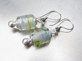 Buisvormige glaskralen aan zilveren oorhaakjes