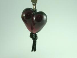 Donker amethist glaskraal hartvormig aan sleutelhanger
