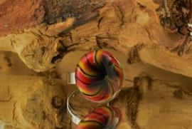 Zilverkleurige verstelbare ring met ronde ringtop geel, rood en zwarte spiraal