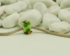 Limekleurige grootgatkraal, met groene bloemetjesl