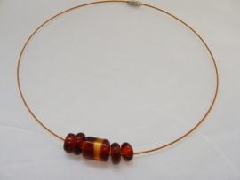 Spang met 5 amberkleurige glaskralen