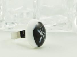Zilverkleurige verstelbare ring met ovale ringtop zwart, wit en lila accenten