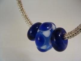 Grote blauw witte glaskraal met 2 donkerblauwe kraaltjes