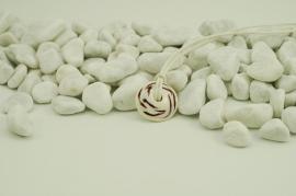Ivoorkleurige disk ketting aan wit koord