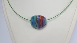 Veelkleurige glaskraal aan flexibele groene spang