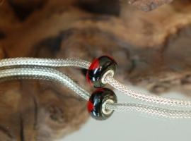 Rood met zwarte driehoeken grootgatkraal, kpl. met zilveren kern