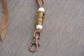 Bruin zijden keycord, met langwerpige wokkelkraal