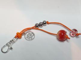 Zilverkleurig musketonhaakje met oranje/roze/rode glaskralen