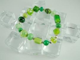 Groen armbandje met diverse glaskralen