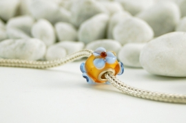 Amberkleurige grootgatkraal met blauwe bloemetjes, kpl. met 925 zilveren kern