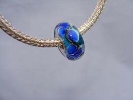 Bijzondere blauwe bloemenglasbedel encased. Kpl. met zilveren kern.