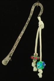 Boekenlegger met glaskralen in bloem en stipmotief
