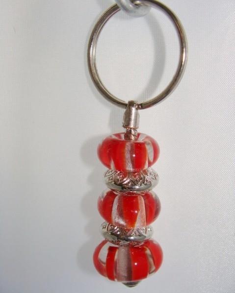 Pandora style sleutelhanger met 3 roodgestreepte glaskralen