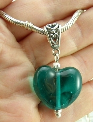 925 Zilveren hanger met oceaangroene hartvormige glaskraal