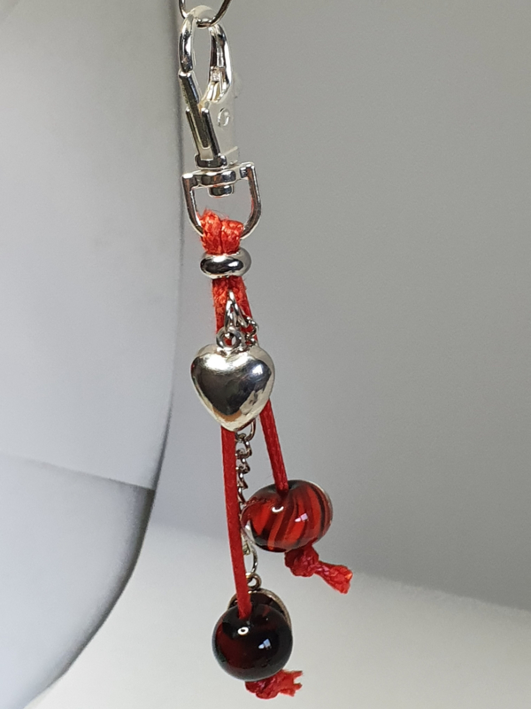 Zilverkleurig musketonhaakje met zwart/rode glaskralen