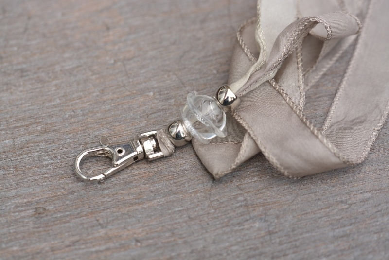 Licht taupe zijden keycord, met holle glaskraal