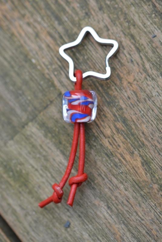 Ster sleutelhanger met mooie rood, wit, blauwe glaskraal