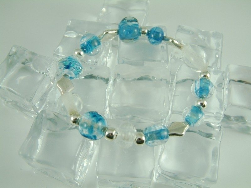 Armbandje met glaskralen in blank transparant en blue