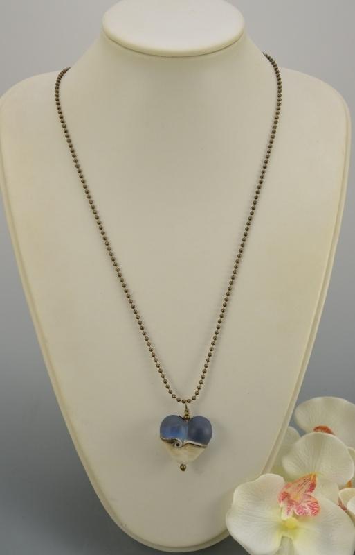 Bronskleurige ketting met blue en ivoorkleurig hart