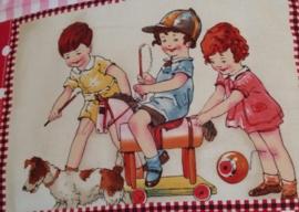 spelende kinderen paardje rijden