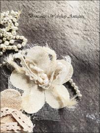 Broche bloem met zoetwater parels