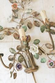 Franse wandlamp met porseleinen bloemen