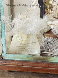 Unieke vitrine met bruidsornament