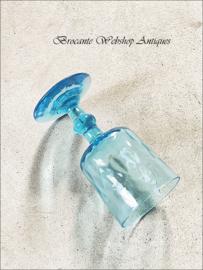 Oud azuurblauw frans wijnglas