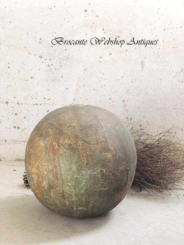 Antieke papier maché wereldbol