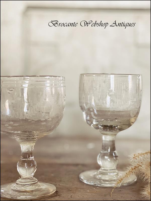 Set van 2 antieke wijnglazen