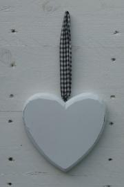 Groot houten hart met zwart wit geblokt lint.