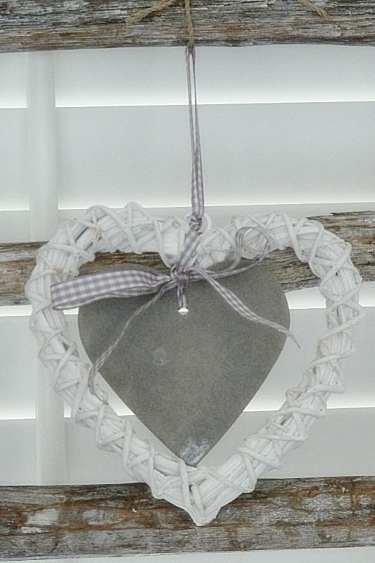 Rattan wit hart met grijs hartje en grijs lintje