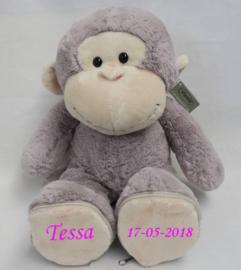 Knuffel aap met naam en geboortedatum op de voetjes