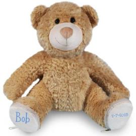 Knuffel beer met naam en geboortedatum op de voetjes