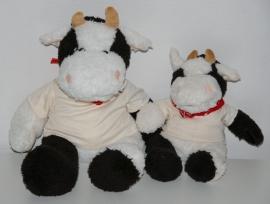 Knuffel koe met naam en geboortedatum geborduurd op shirtje