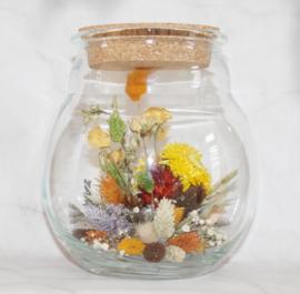 droogbloemen in pot met kurkdop
