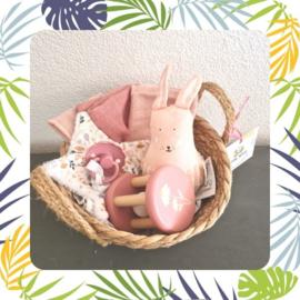 kraamkado pakket roze rammelaar