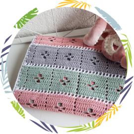 Gehaakt wieg deken, grijs. mint, roze