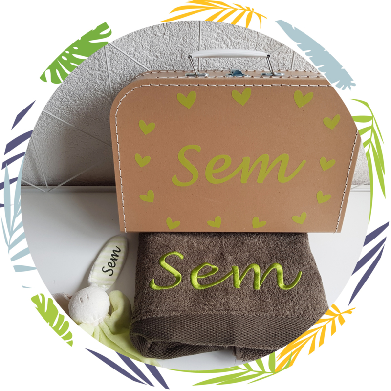Koffertje met naam, handdoek en knuffel