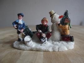 Kinderen met sneeuwpop