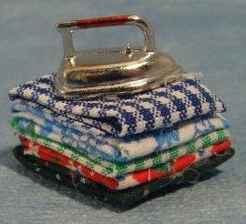 00594 Strijkijzer met wasgoed. (AQ)