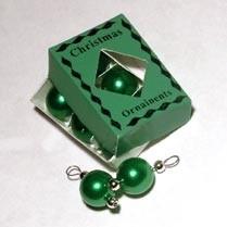 01481 Doos met kerstballen, groen. (AR)