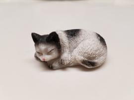 03516 Liggende slapende zwart witte poes(L)