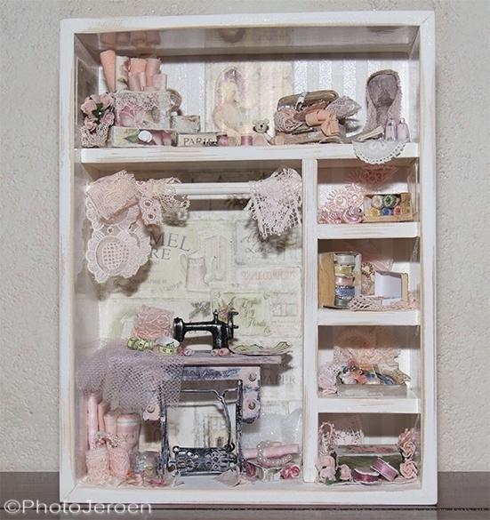 Romantisch   naaitafereeltje  belevings kijkkastje v Jenny
