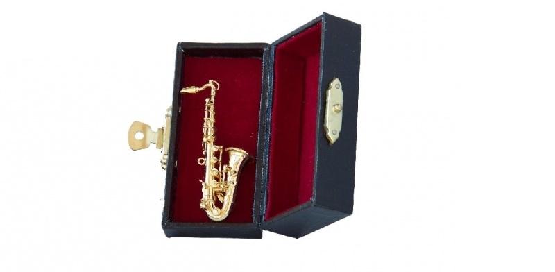 01849 Saxofoon met brosche. (AZ)