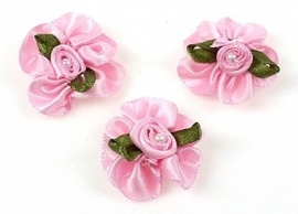 3. Bloemen Roze met parel 30 x 27 mm per stuk € 0,15
