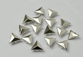 Studs triangel  16 mm 30 voor € 2,50