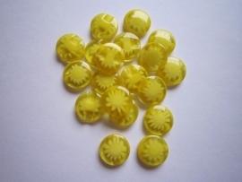 Geel met een wit bloemetje 15 mm